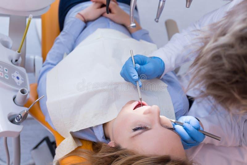 Οδοντίατρος που κάνει την οδοντική εξέταση στοκ εικόνες