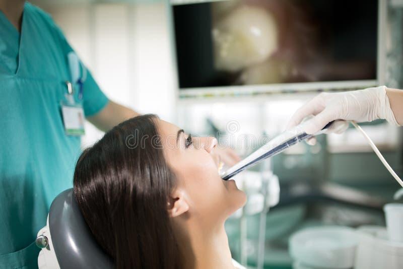 Οδοντικά γραφείο-ειδικά εργαλεία προφορική οδοντική κάμερα εισαγωγής με τη ζωντανή εικόνα των δοντιών στο όργανο ελέγχου Οδοντική στοκ εικόνα με δικαίωμα ελεύθερης χρήσης
