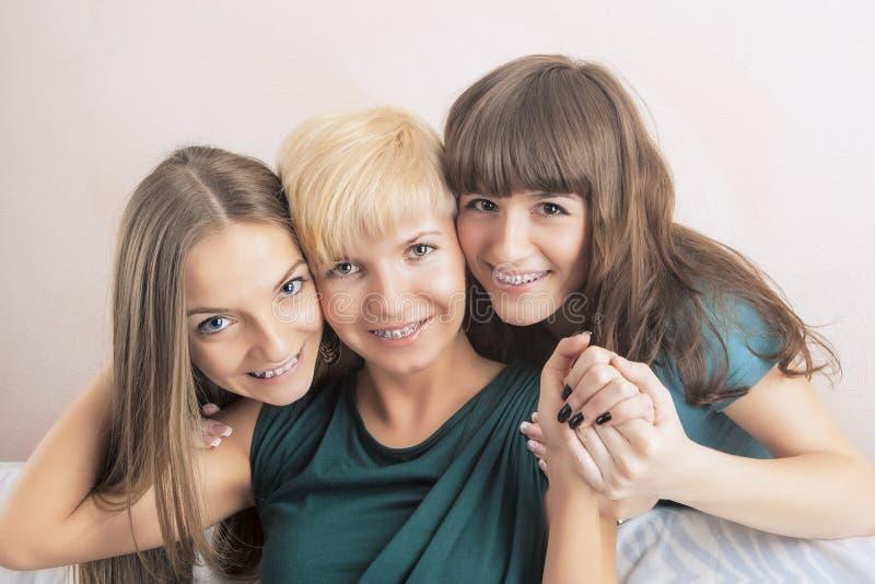 Οδοντικές έννοιες υγείας και υγιεινής: Τρεις νέες κυρίες με το Teet στοκ εικόνες