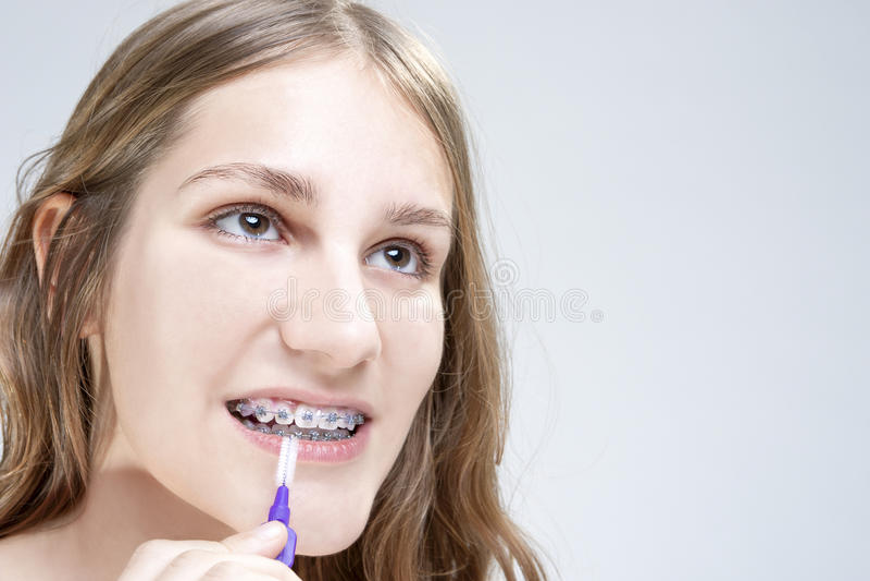 Οδοντικές έννοιες υγιεινής Καυκάσιο έφηβη που χρησιμοποιεί τη σκληρή τρίχα Te στοκ εικόνες