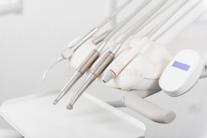 Οδοντικός εξοπλισμός που τοποθετεί στη στοματολογία στοκ εικόνες