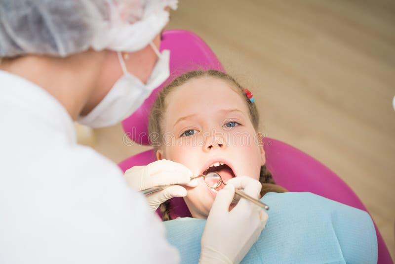 Οδοντικός διαγωνισμός, μικρό κορίτσι στην οδοντική κλινική στοκ φωτογραφίες