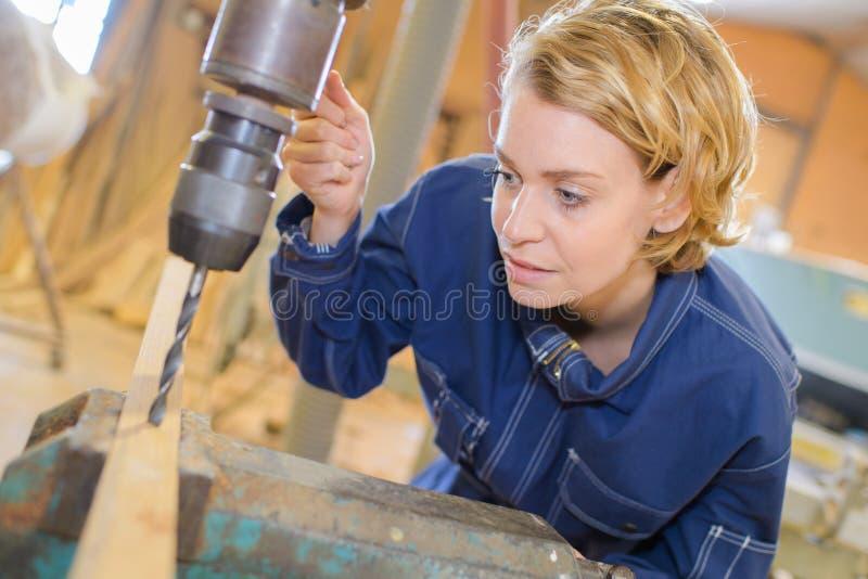 Οδοντικός τεχνικός που εργάζεται στη μηχανή άλεσης στοκ φωτογραφίες με δικαίωμα ελεύθερης χρήσης