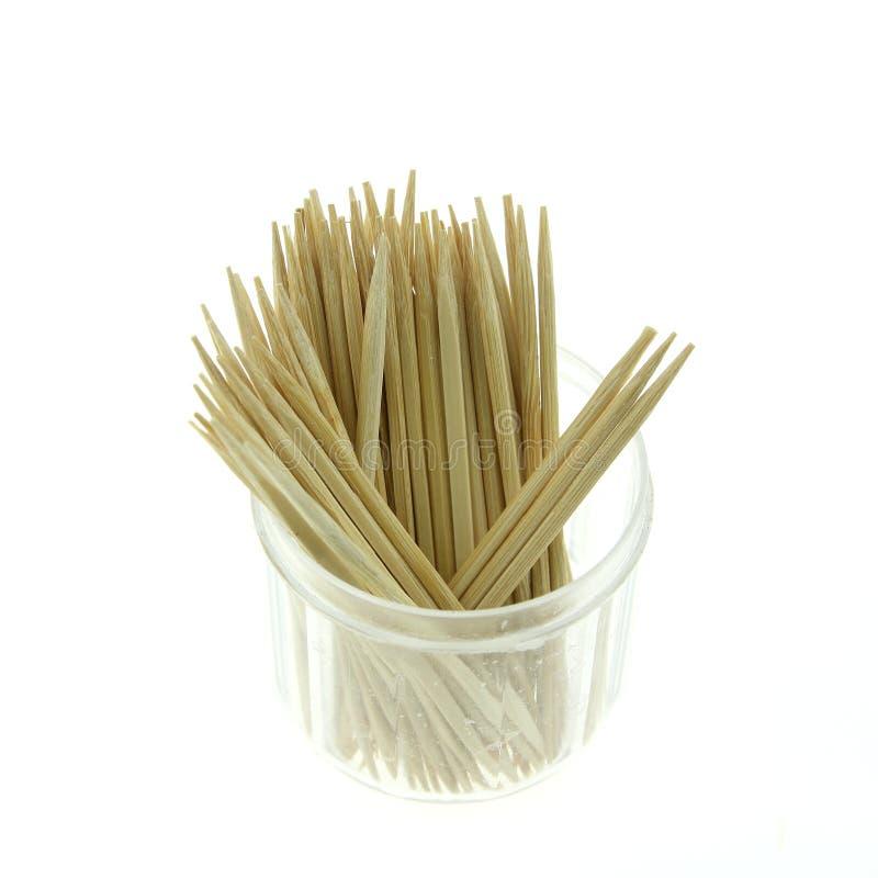 Οδοντογλυφίδες σε ένα κιβώτιο σε ένα άσπρο υπόβαθρο στοκ φωτογραφία με δικαίωμα ελεύθερης χρήσης