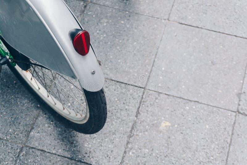 Ο οπίσθιος κόκκινος ανακλαστήρας ποδηλάτων στοκ φωτογραφία