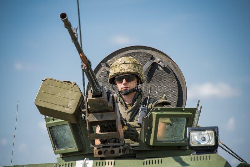 Ο οπλίτης προετοιμάζεται να πυροβολήσει ένα πολυβόλο NSVT 12 7 στοκ φωτογραφία με δικαίωμα ελεύθερης χρήσης