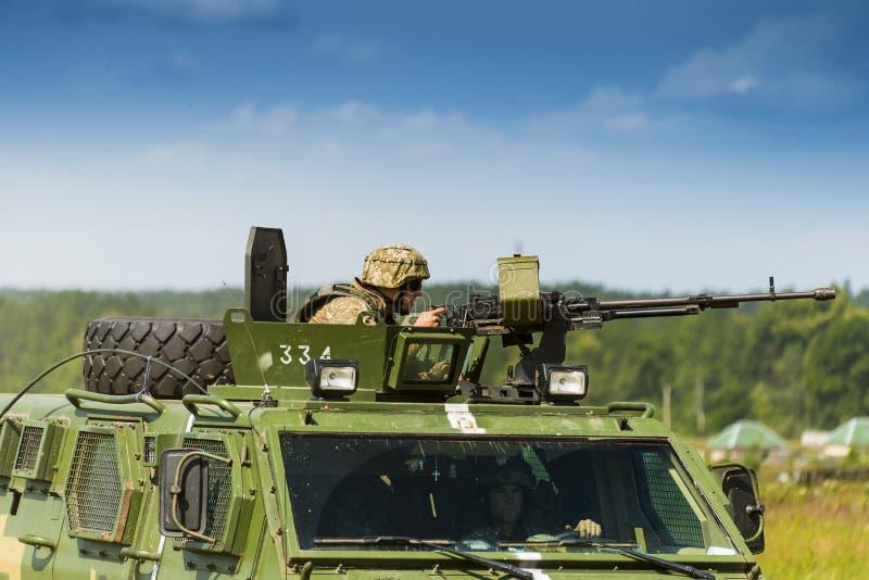 Ο οπλίτης προετοιμάζεται να πυροβολήσει ένα πολυβόλο NSVT 12 7 στοκ εικόνα με δικαίωμα ελεύθερης χρήσης