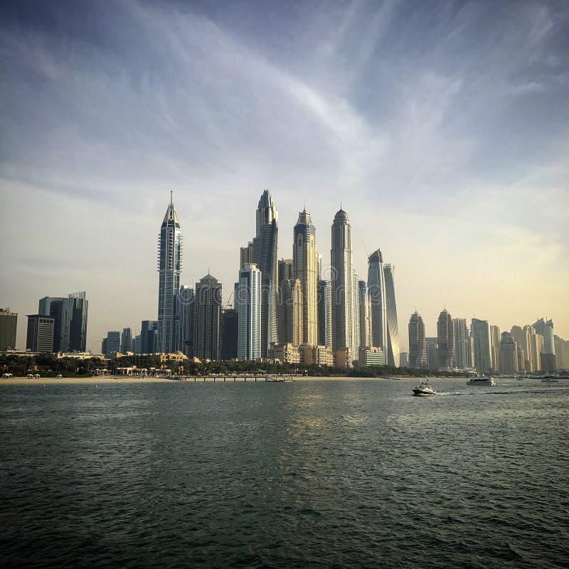 Ο ορίζοντας μαρινών του Ντουμπάι ενώνει τα αραβικά εμιράτα στοκ εικόνες
