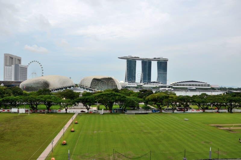 Ο ορίζοντας με τον κόλπο μαρινών στρώνει με άμμο Esplanade το ιπτάμενο και Padang Σιγκαπούρη στοκ φωτογραφία