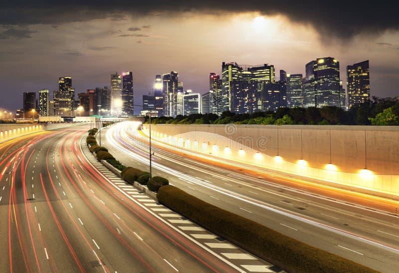 Ο ορίζοντας της πόλης της Σιγκαπούρης κατά τη διάρκεια του ηλιοβασιλέματος με κίνηση - Μεταφορές στοκ φωτογραφία με δικαίωμα ελεύθερης χρήσης