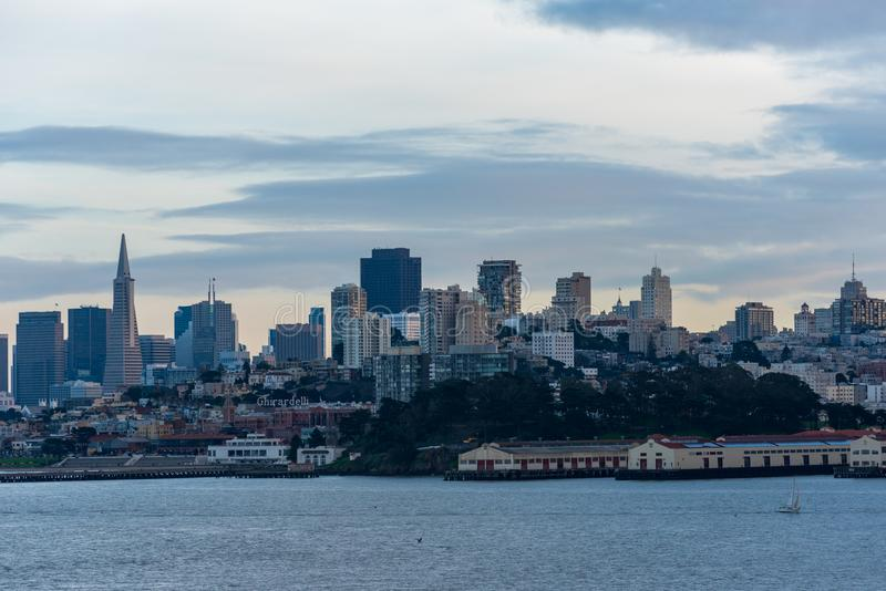 Ο ορίζοντας του Σαν Φρανσίσκο στο σούρουπο στοκ εικόνες