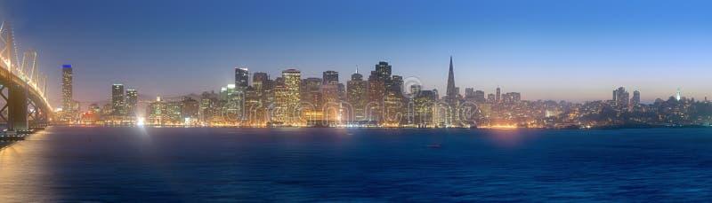 Ο ορίζοντας του Σαν Φρανσίσκο στο σούρουπο στοκ φωτογραφίες