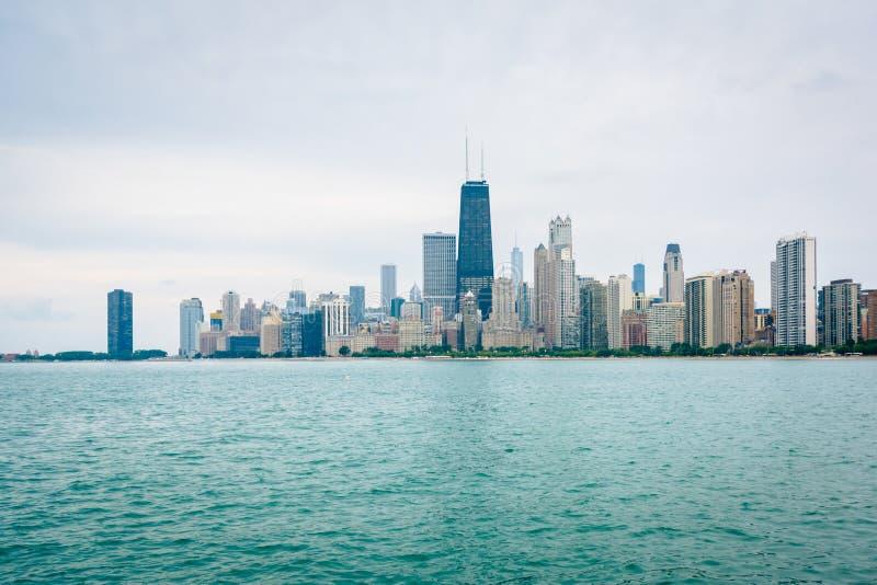 Ο ορίζοντας του Σικάγου, που βλέπει Ιλλινόις από την παραλία βόρειων λεωφόρων στο Σικάγο, στοκ εικόνες