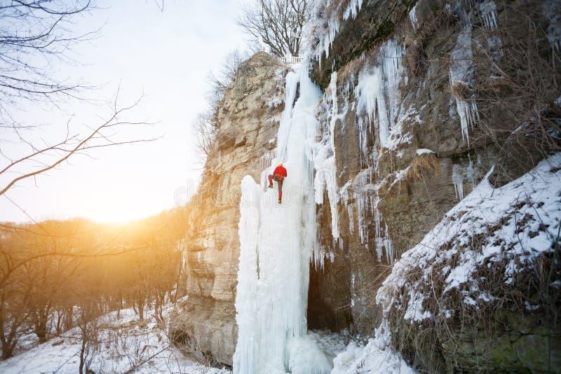 Ο ορειβάτης αναρριχείται στον πάγο στοκ εικόνα με δικαίωμα ελεύθερης χρήσης