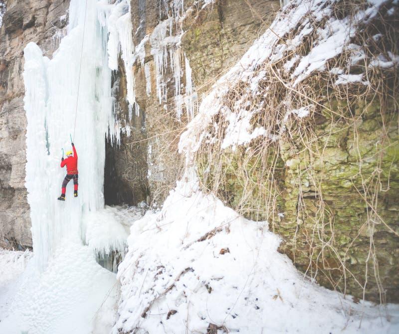 Ο ορειβάτης αναρριχείται στον πάγο στοκ εικόνες