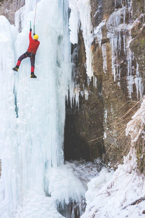 Ο ορειβάτης αναρριχείται στον πάγο στοκ φωτογραφίες