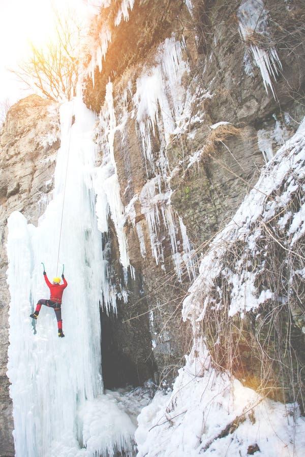 Ο ορειβάτης αναρριχείται στον πάγο στοκ εικόνες με δικαίωμα ελεύθερης χρήσης