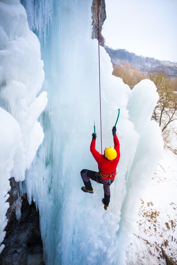Ο ορειβάτης αναρριχείται στον πάγο στοκ φωτογραφίες με δικαίωμα ελεύθερης χρήσης