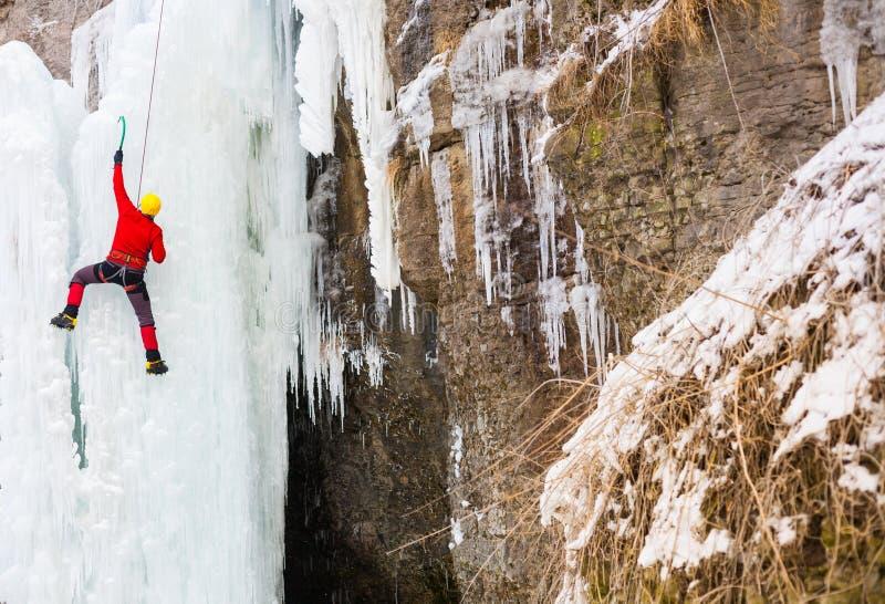 Ο ορειβάτης αναρριχείται στον πάγο στοκ φωτογραφία με δικαίωμα ελεύθερης χρήσης