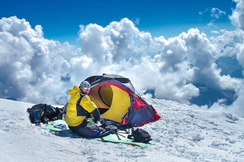 Ο ορειβάτης βουνών στο προηγμένο στρατόπεδο βάσεων Elbrus τοποθετεί στοκ εικόνα με δικαίωμα ελεύθερης χρήσης