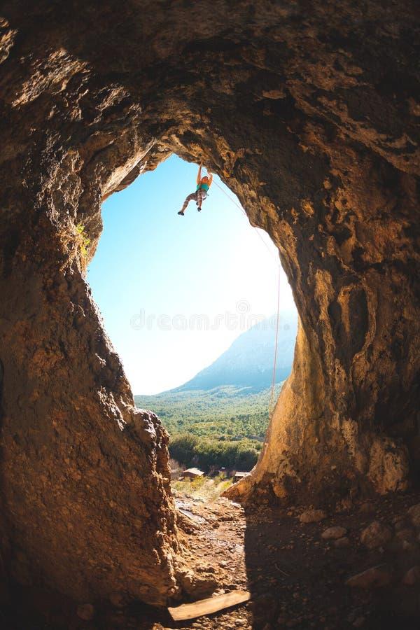 Ο ορειβάτης βράχου αναρριχείται στη σπηλιά στοκ φωτογραφία με δικαίωμα ελεύθερης χρήσης