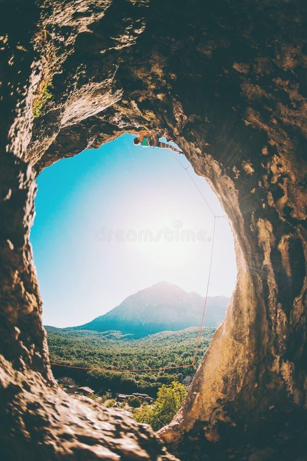 Ο ορειβάτης βράχου αναρριχείται στη σπηλιά στοκ φωτογραφίες