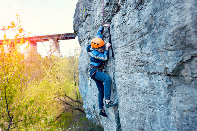 Ο ορειβάτης βράχου παιδιών αναρριχείται στον απότομο βράχο στοκ φωτογραφία με δικαίωμα ελεύθερης χρήσης