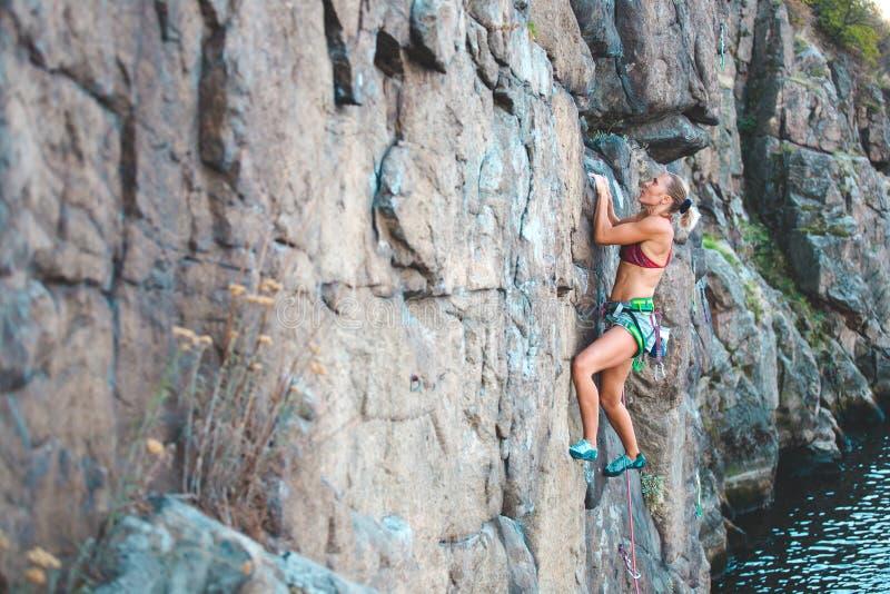 Ο ορειβάτης κοριτσιών αναρριχείται επάνω στοκ φωτογραφίες