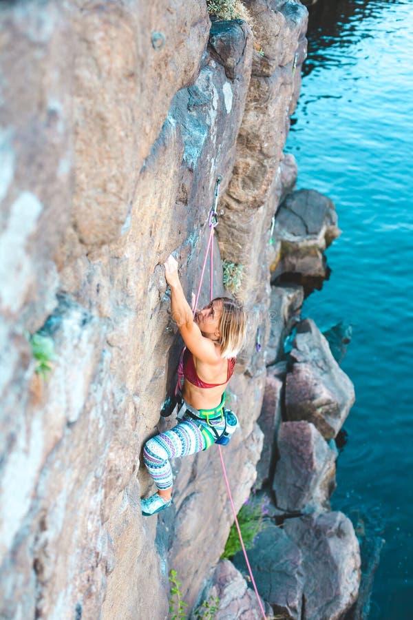 Ο ορειβάτης κοριτσιών αναρριχείται επάνω στοκ εικόνα με δικαίωμα ελεύθερης χρήσης