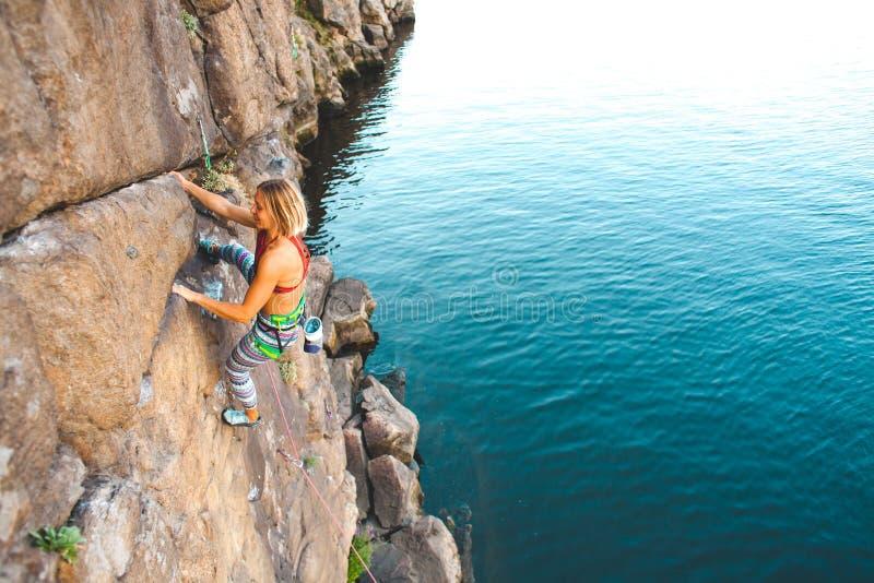 Ο ορειβάτης κοριτσιών αναρριχείται επάνω στοκ φωτογραφία