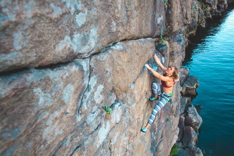 Ο ορειβάτης κοριτσιών αναρριχείται επάνω στοκ εικόνες
