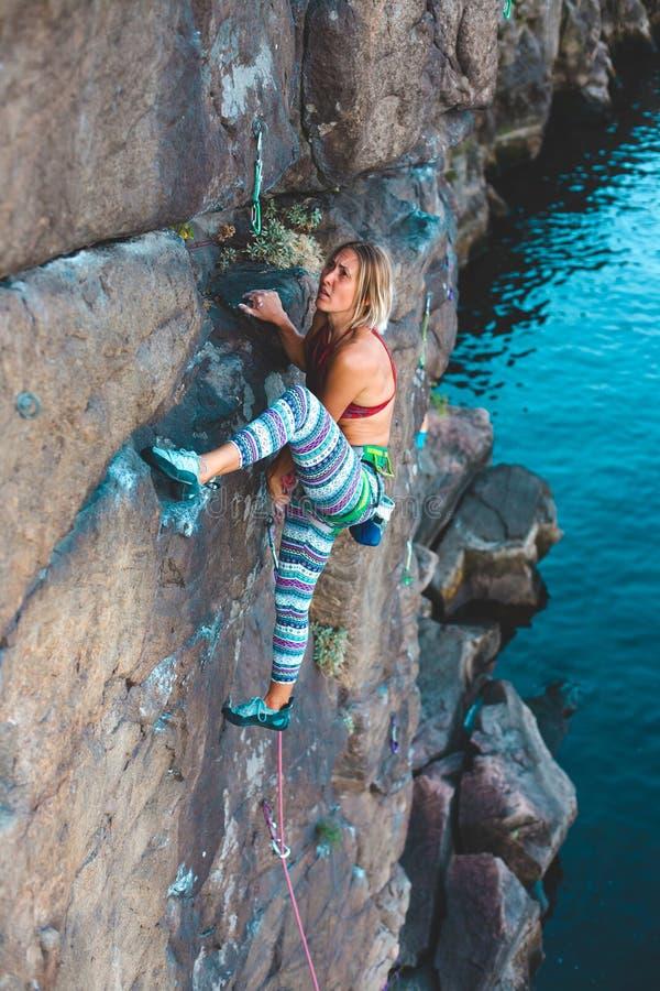 Ο ορειβάτης κοριτσιών αναρριχείται επάνω στοκ φωτογραφίες με δικαίωμα ελεύθερης χρήσης