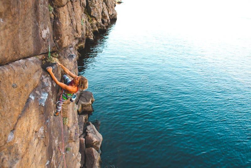 Ο ορειβάτης κοριτσιών αναρριχείται επάνω στοκ φωτογραφία με δικαίωμα ελεύθερης χρήσης
