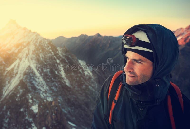 Ο ορειβάτης φθάνει στην κορυφή της αιχμής βουνών Επιτυχία, ελευθερία α στοκ εικόνες