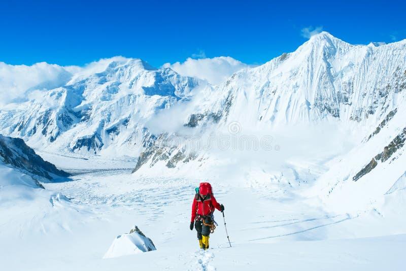 Ο ορειβάτης φθάνει στην κορυφή της αιχμής βουνών Επιτυχία, ελευθερία και ευτυχία, επίτευγμα στα βουνά Αναρρίχηση της αθλητικής έν στοκ φωτογραφία