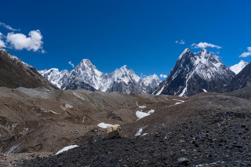 Ο ορεινός όγκος βουνών Gasherbrum και συνδέει λοξά την αιχμή, K2 οδοιπορικό, Πακιστάν στοκ φωτογραφία με δικαίωμα ελεύθερης χρήσης