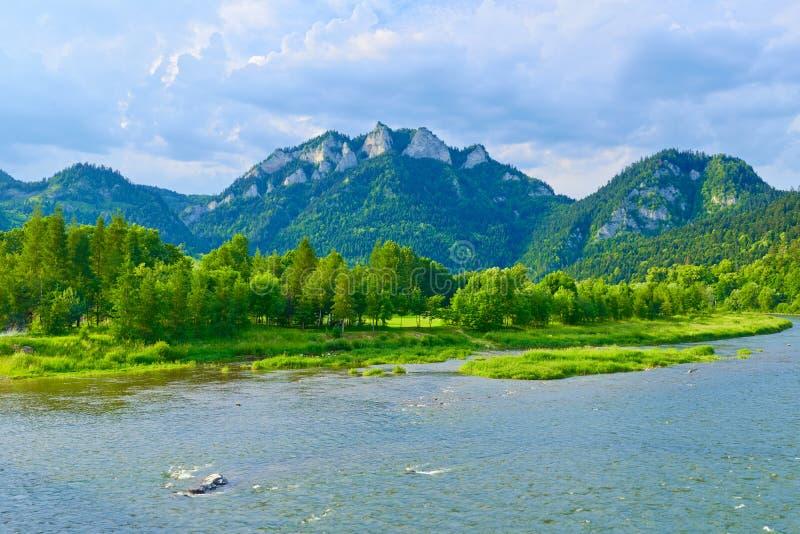 Ο ορεινός όγκος τριών κορωνών πέρα από τον ποταμό Dunajec μέσα  στοκ φωτογραφίες