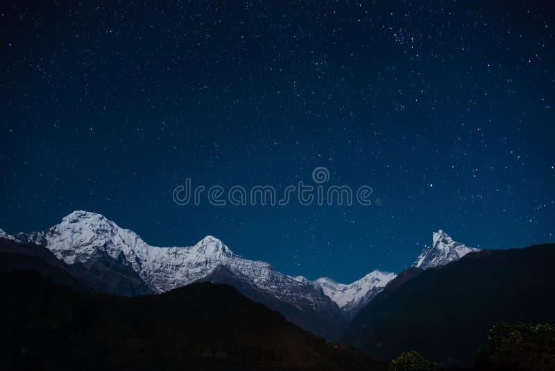 Ο ορεινός όγκος Annapurna τη νύχτα στοκ φωτογραφίες