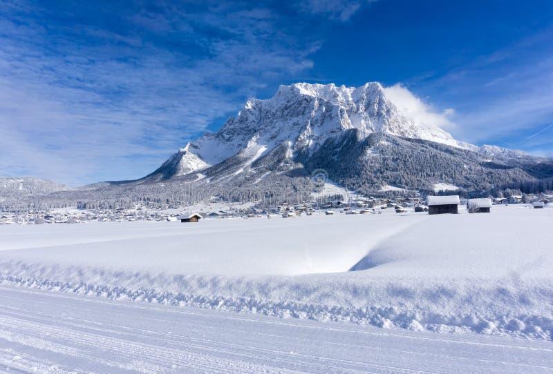 Ο ορεινός όγκος Zugspitze από την κοιλάδα Ehrwald στην ηλιόλουστη χειμερινή ημέρα στοκ εικόνες