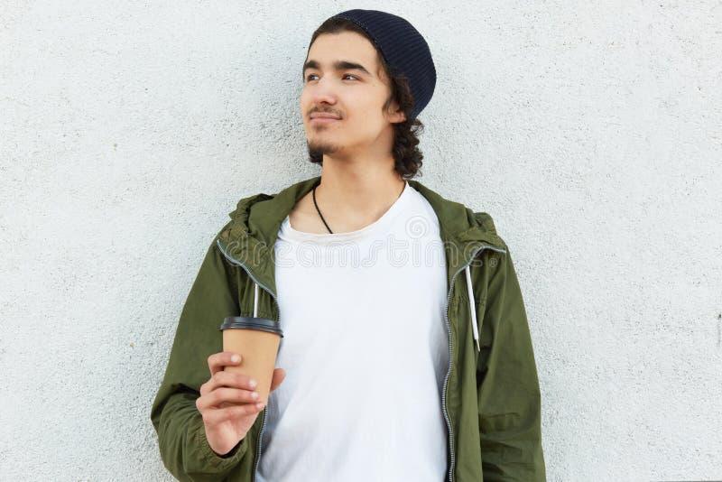 Ο οριζόντιος πυροβολισμός του στοχαστικού ονειροπόλου εφήβου στη μοντέρνη εξάρτηση, τον καυτό αρωματικό καφέ ποτών ή το cappuccin στοκ εικόνες με δικαίωμα ελεύθερης χρήσης