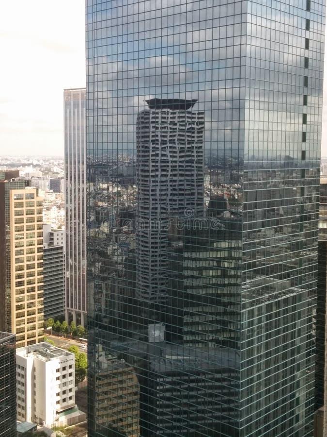 Ο ουρανοξύστης απεικονίζει στον ουρανοξύστη στοκ φωτογραφίες