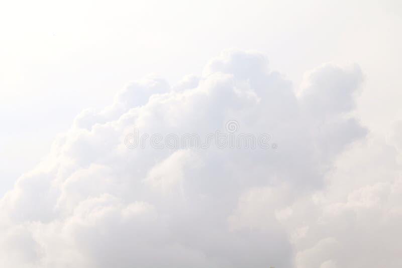 Ο ουρανός, άσπρα σύννεφα ουρανού καθαρίζει, μεγάλα χνουδωτά σύννεφα άσπρο όμορφο λ στοκ φωτογραφία με δικαίωμα ελεύθερης χρήσης