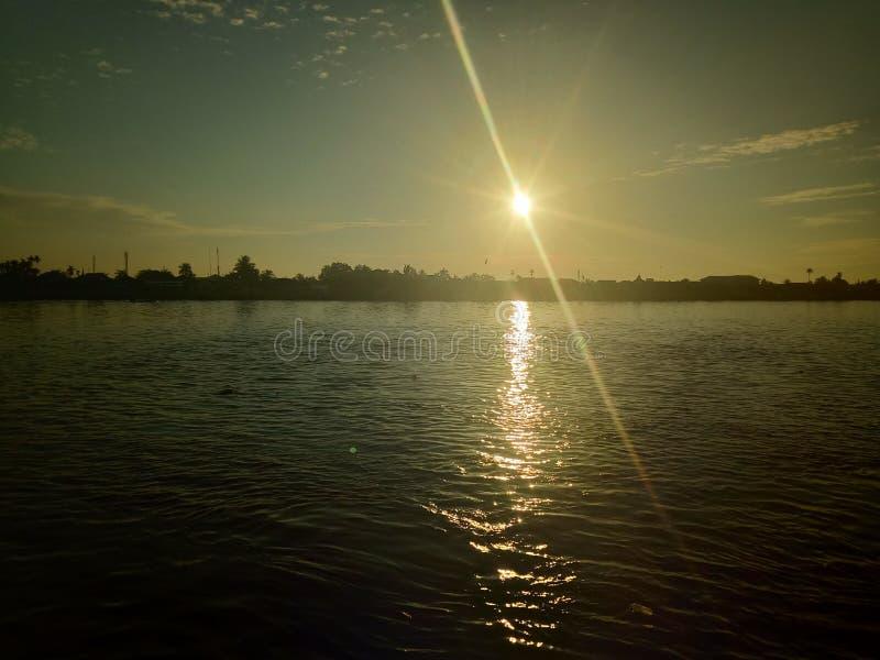 Ο ουρανός και ο ήλιος θα αυξηθούν στον ποταμό στοκ εικόνες