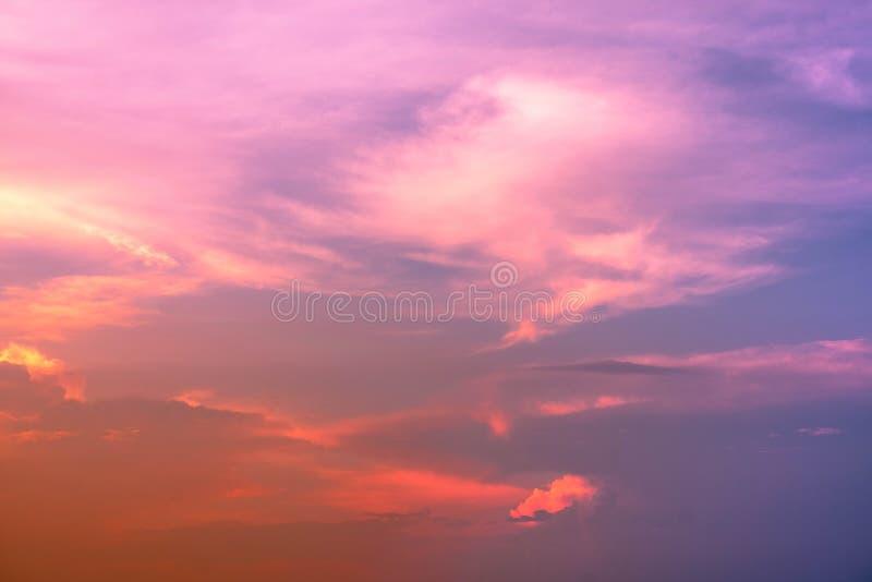 Ο ουρανός και Cumulonimbus κλίσης καλύπτουν στα φωτεινά χρώματα ουράνιων τό στοκ φωτογραφίες με δικαίωμα ελεύθερης χρήσης