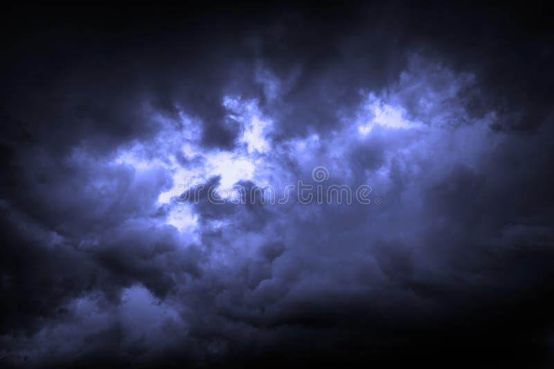 Ο ουρανός καλύπτεται με τα θλιβερά σύννεφα βροχής ως υπόβαθρο στοκ εικόνα