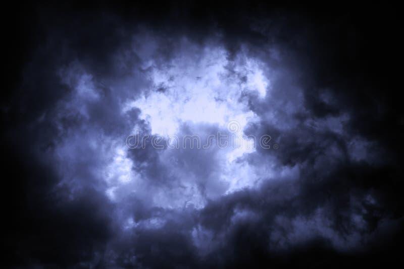 Ο ουρανός καλύπτεται με τα θλιβερά σύννεφα βροχής ως υπόβαθρο στοκ εικόνες