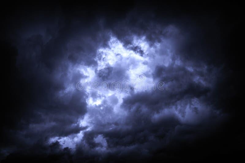 Ο ουρανός καλύπτεται με τα θλιβερά σύννεφα βροχής ως υπόβαθρο στοκ φωτογραφία με δικαίωμα ελεύθερης χρήσης