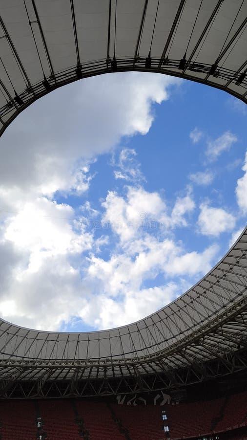 Ο ουρανός μέσω ενός σταδίου στοκ εικόνες