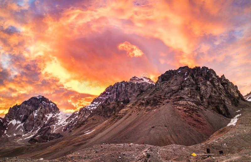 Ο ουρανός στην πυρκαγιά στο βουνό στοκ εικόνες