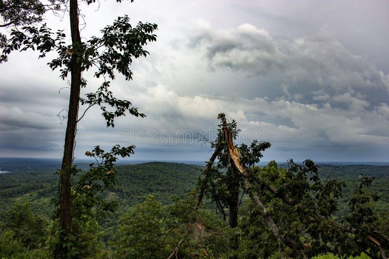 Ο ουρανός συναντά το βουνό στοκ εικόνες με δικαίωμα ελεύθερης χρήσης